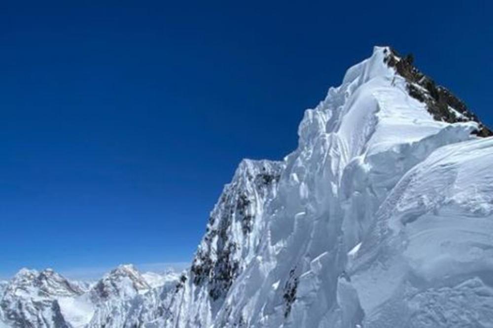 Israfil Ashurli climbs up Broad Peak